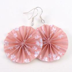 rosa Ohrringe auffallend