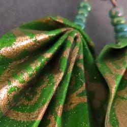 Blattohrringe in grün-gold