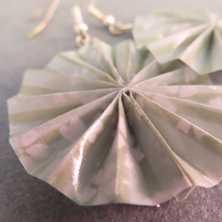 hellgrüne Ohrringe in runder Fächerform